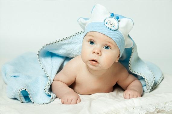 Bebelus in bleu