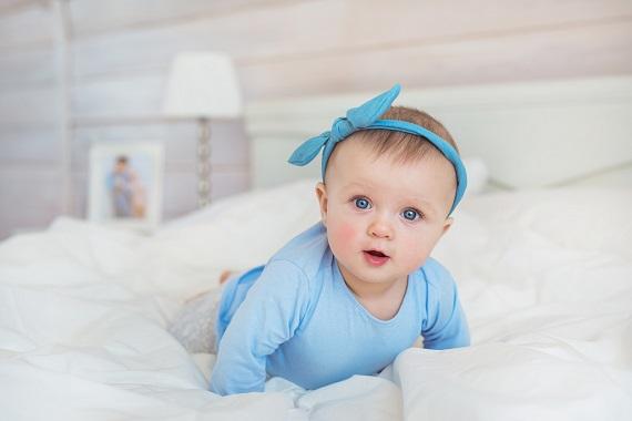 Fetita in bleu