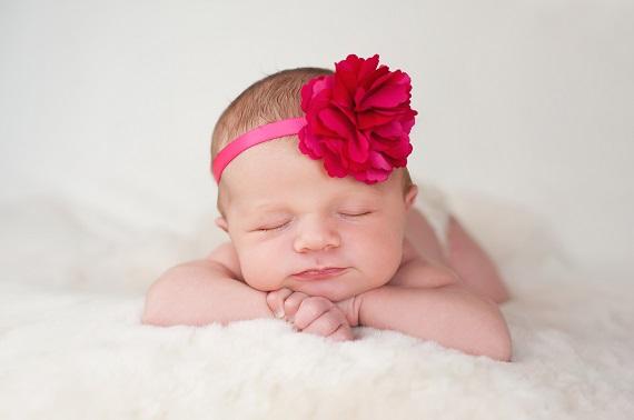 Bebelusa cu o bentita cu floare