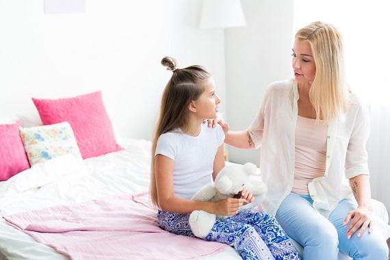 Mama sta de vorba cu fiica ei