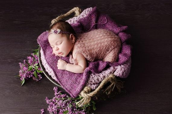Bebelus ce doarme si inspira parfumul florilor de liliac