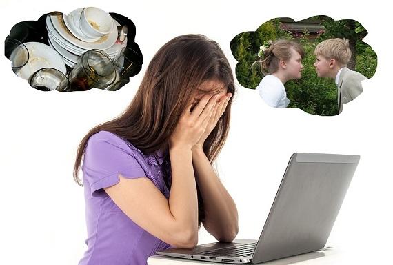 Femeie in fata computerului, care este stresata de diverse ganduri