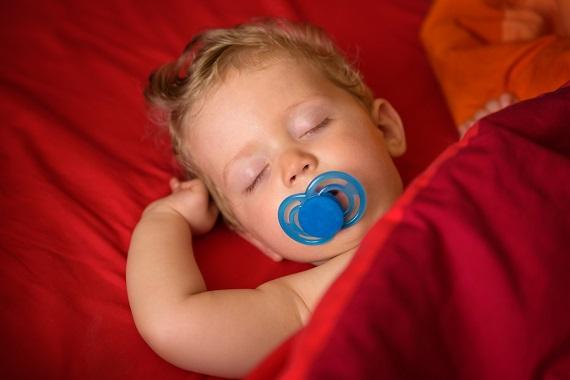 Bebelus ce doarme cu suzetă