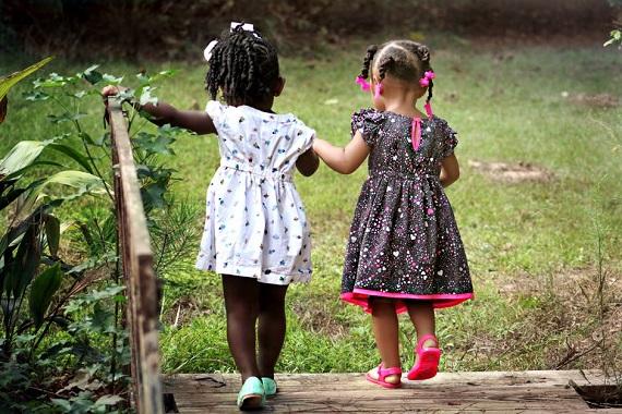 Fetite in rochite de vara