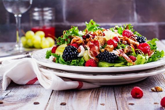 Salata cu fructe de padure si cu pui