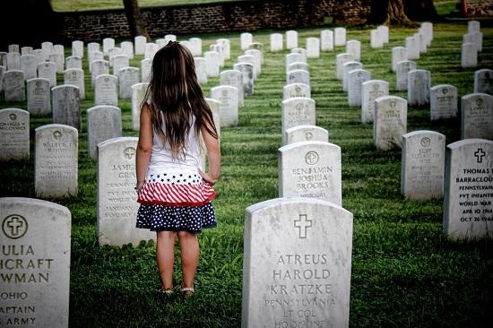 Fetita intr-un cimitir