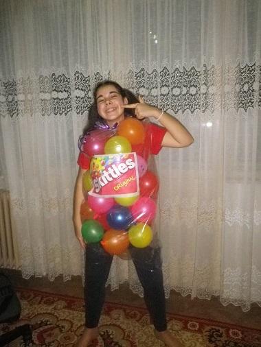 Fetita in costum cu balonase colorate