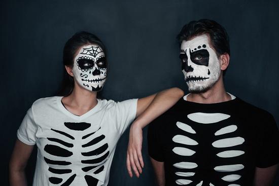 Femeie si barbat deghizati in schelete