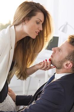 Femeie ce incearca sa seduca un barbat