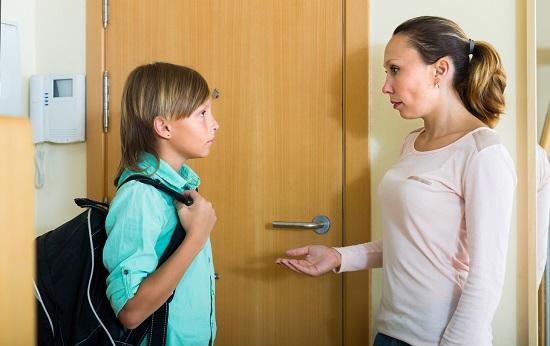Mama ce vrea sa discute cu fiul ei la usa