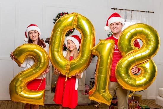 Familie ce tine in mana cifre gonflabile cu anul 2018