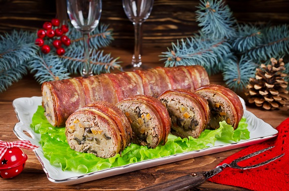 Rulada de carne tocata invelita in bacon