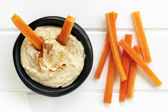 Sticks-uri de morcovi cu humus