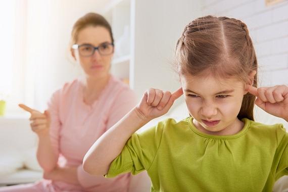 Fetita ce isi astupa urechile pentru a nu auzi ce ii spune mama