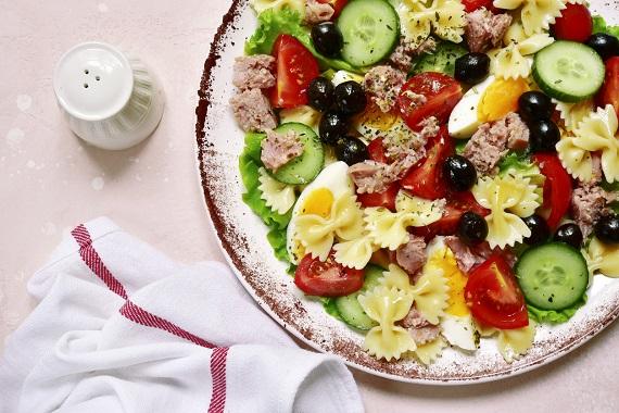 Salata de paste cu peste si cu legume