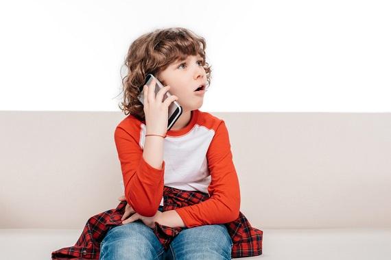 Baietel ce vorbeste la telefon