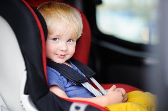 Baietel intr-un scaunel de masina
