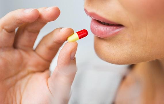 Femeie ce doreste sa ia o pastila
