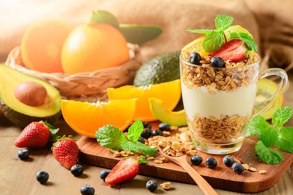 Parfait din iaurt, cu cereale integrale si cu fructe