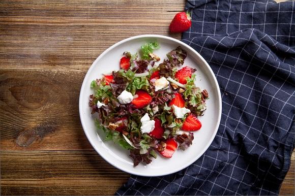 Salata de legume cu nuci, capsune si cu bucatele de branza