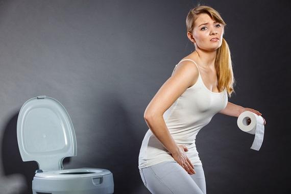 Femeie care simte disconfort cand trebuie sa mearga la toaleta
