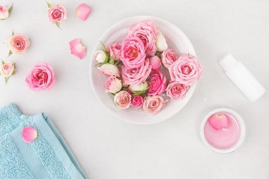 Trandafiri si petale de trandafiri