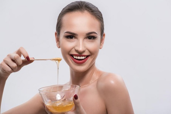 Fata ce tine in mana un castronel cu miere