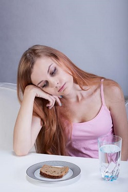 Tanara trista si obosita