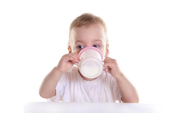 Bebelus ce bea dintr-o canuta speciala