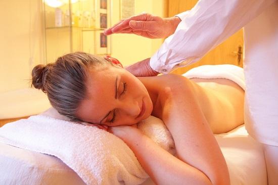 Femeie la o sedinta de masaj