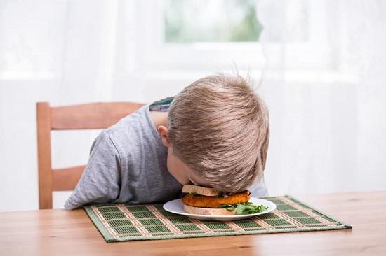Copil ce adoarme deasupra mancarii
