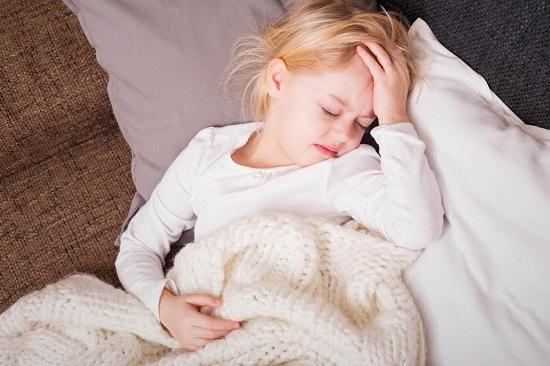 Fetita pe care o doare capul si sta in pat