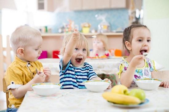 Copiii la masa