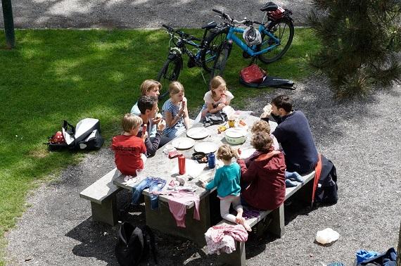 Familie cu copii la picnic