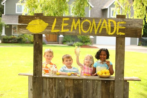 Copii aflati la un stand cu limonada