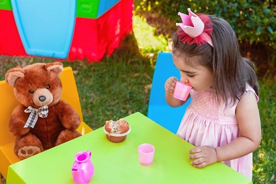 "Fetita ce se joaca in gradina de-a ""Tea party"""