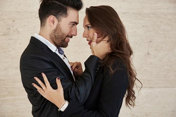 Barbat afectuos cu partenera sa