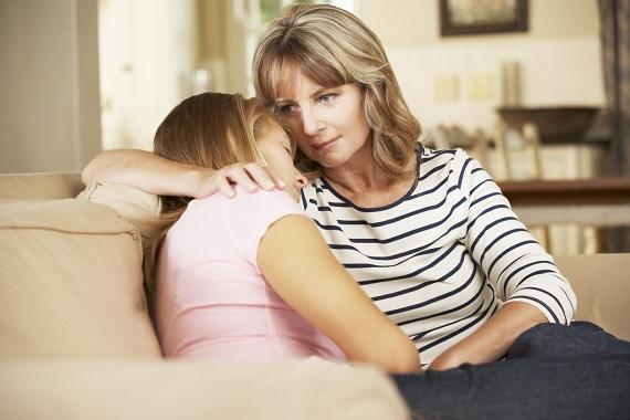Mama ce isi imbratiseaza fiica adolescenta