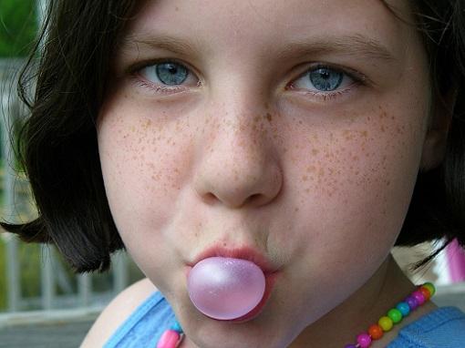 Fetita cu un balon de guma