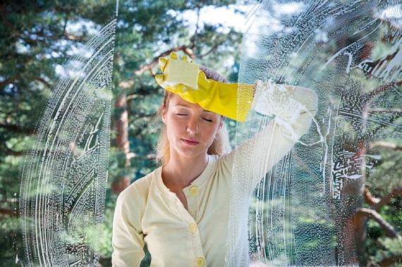 Femeie ce spala geamurile