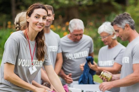 Femeie la o actiune de caritate