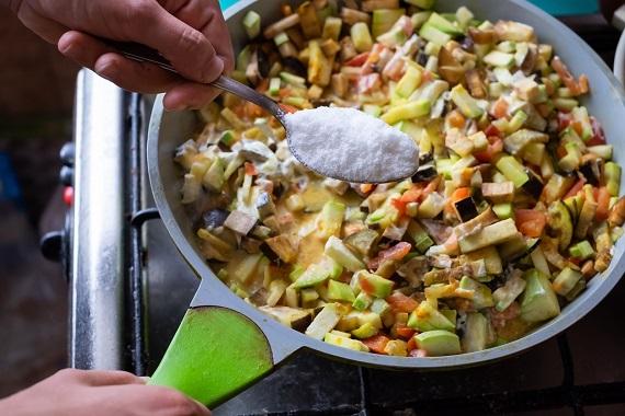 Punem sare in mancare de legume