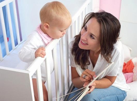 Mama ii arata bebelusului ei o carte