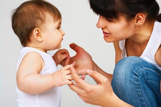 Mama ce ii vorbeste bebelusului ei