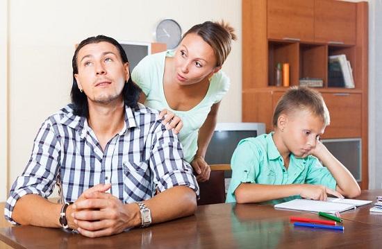 Mama ce incearca sa-i spuna ceva tatalui, care este insa indiferent