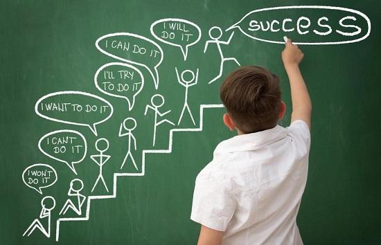 Copil ce incearca sa redea, printr-un desen, ideea de succes