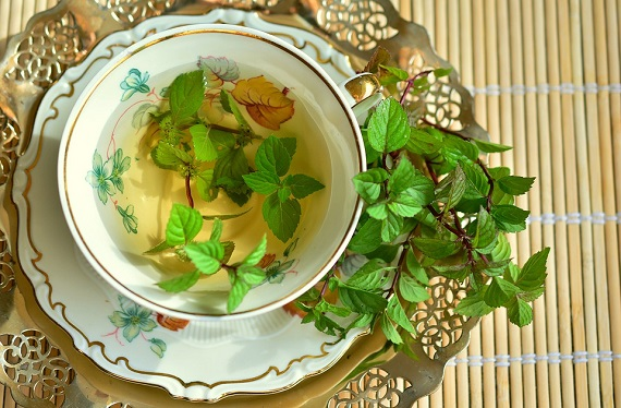 Ceai de menta  in cana