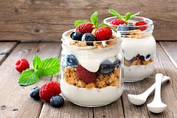 Parfait cu cereal si fructe, puse in borcanele