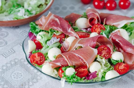 Salata cu mozzarella, rosii, prosciutto