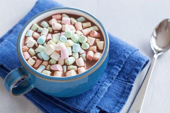 Bautura de cacao cu marshmallows